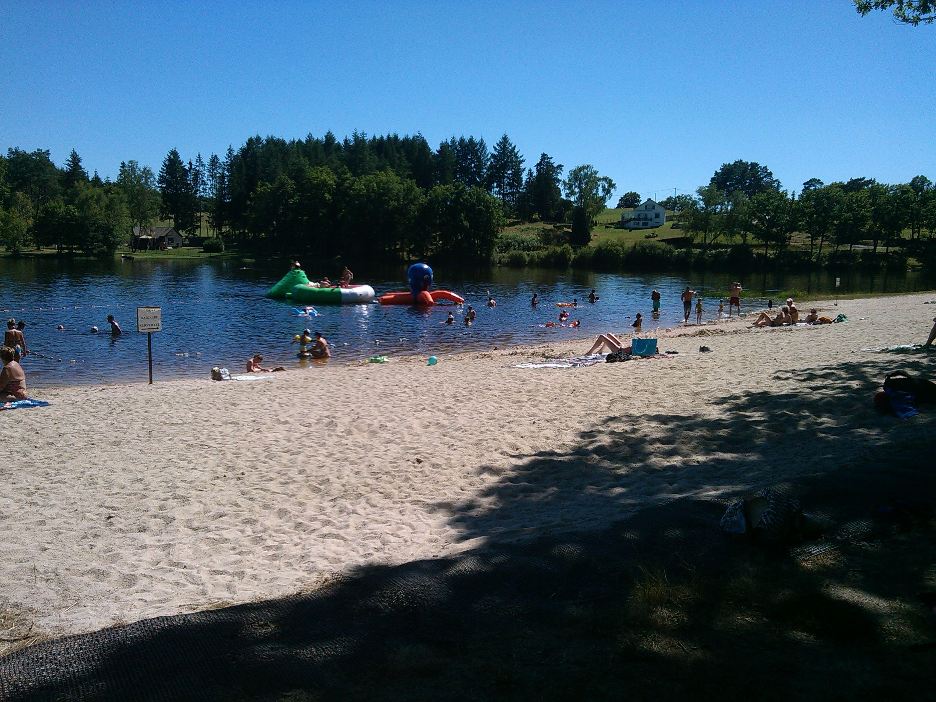 Plage au camping lac de feyt correze