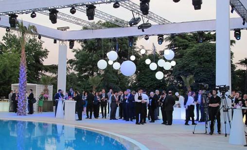 slide-fairs-events-2012-world-economic-forum-turkey-peak-globo-hanging.jpg