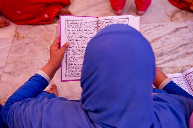 reading holy verses at the dargah