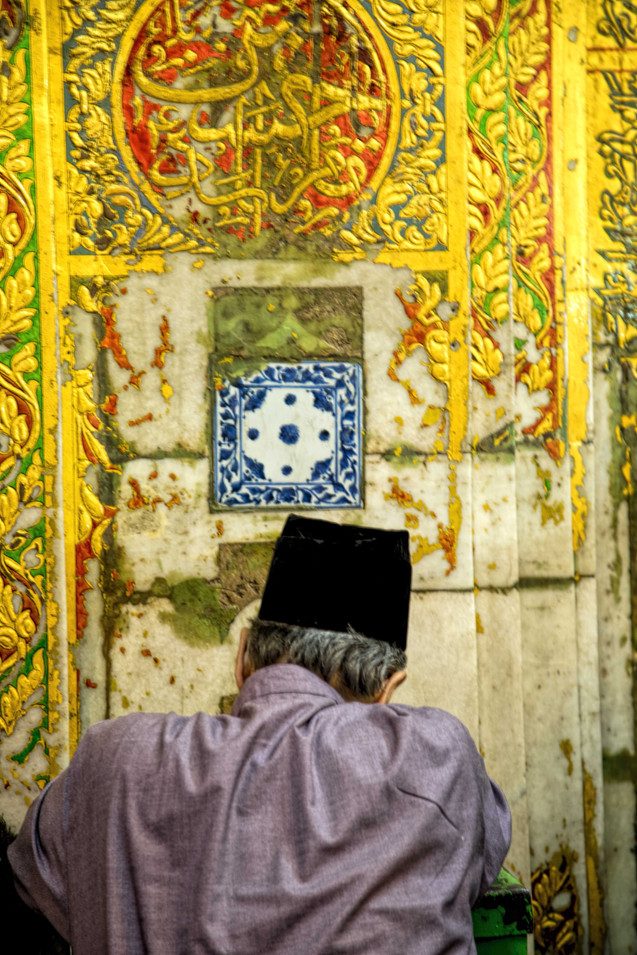praying at the dargah