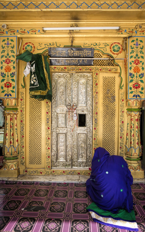 Prayers at the gate