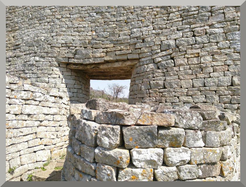 Puerta. Templo circular de la ciudad templar The Great Zimbabwe.