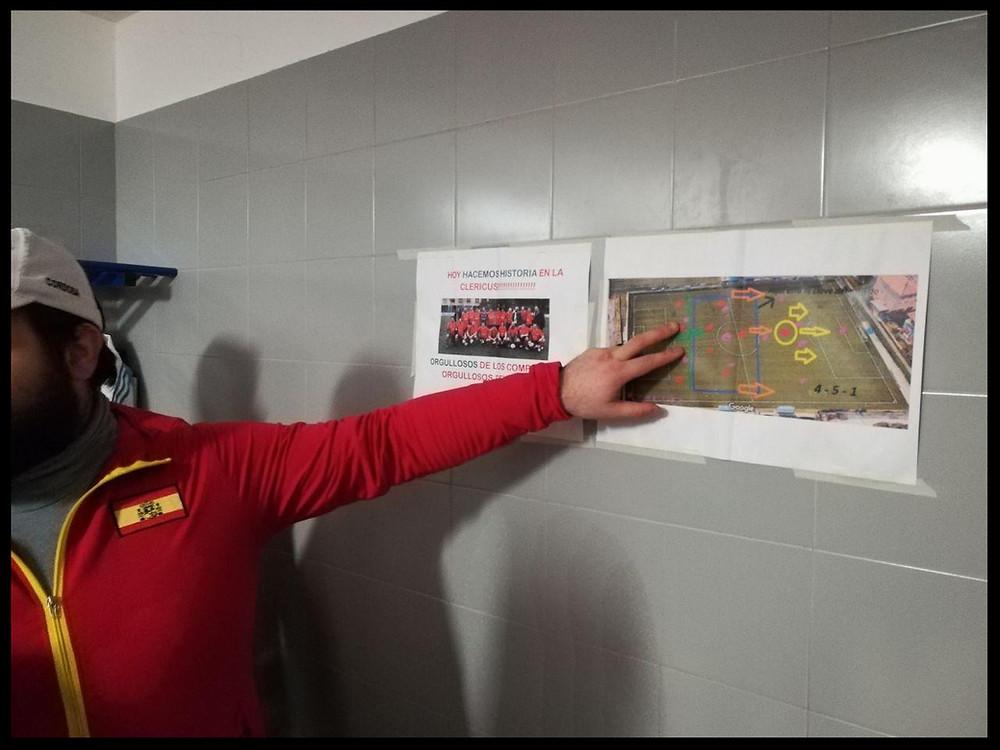 El técnico, Gatto, recordando el sistema en el vestuario