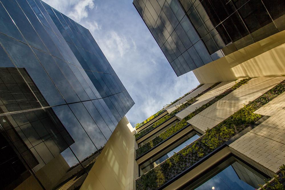 Foto de fachada en vidrio hacia arriba