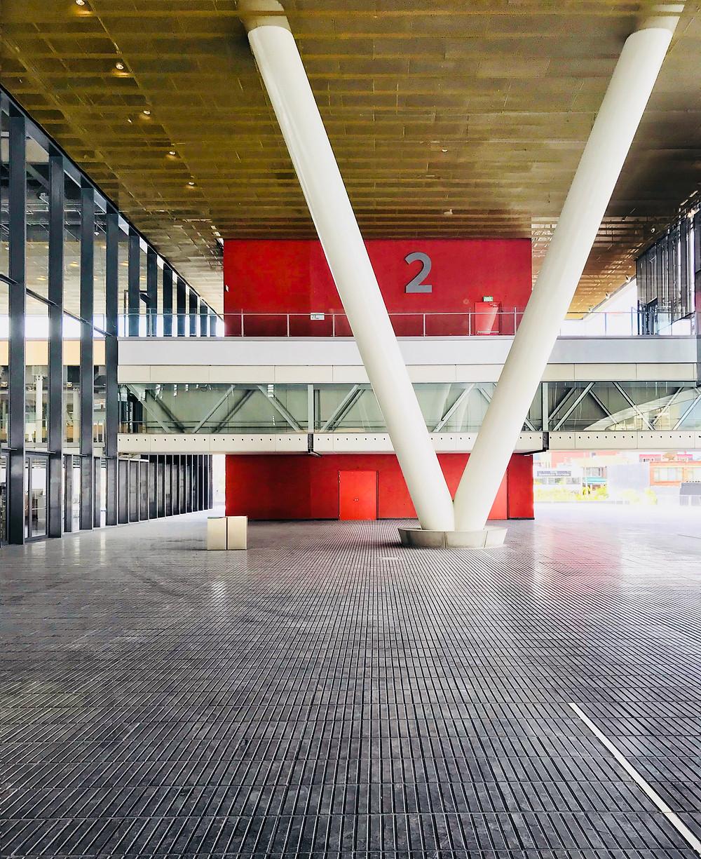 Acceso centro de convenciones Ágora de los arquitectos Daniel Bermúdez y Estudio Herreros