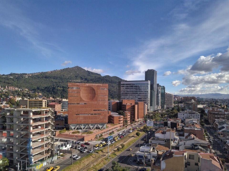 El edificio de Giancarlo Mazzanti frente a los cerros de Bogotá