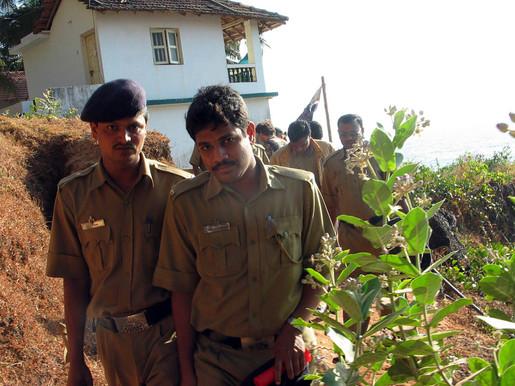 חיפוש סמים על תרמילאים בהודו