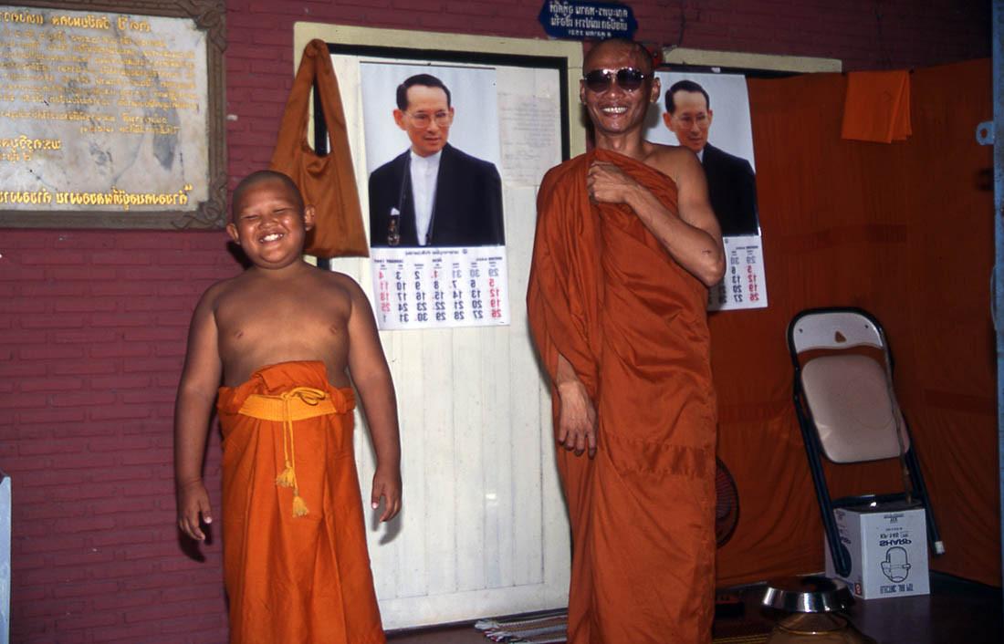 ביי ביי לפלייסטיישן - קיבוץ נדבות והסתפקות במועט - התבגרות במנזר תאילנדי