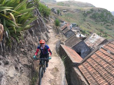 Biker fährt durch Dorf auf Santiago in Kap Verde