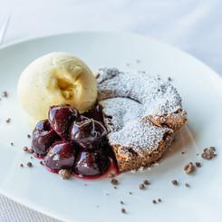Schoggikuchen mit Vanilleeis und Kirschen im Seerestaurant Kastanienbaum