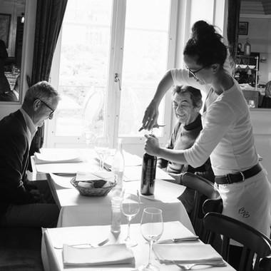 Frau schenkt Wein ein in der Brasserie Bodu