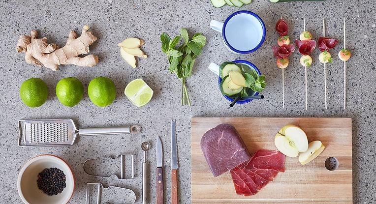 Zutaten und Kochutensilien zur Zubereitung für Apéro liegen arrangiert auf dem Boden