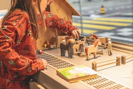 Mädchen beim Spielen in der Spielecke des Restaurants Libelle