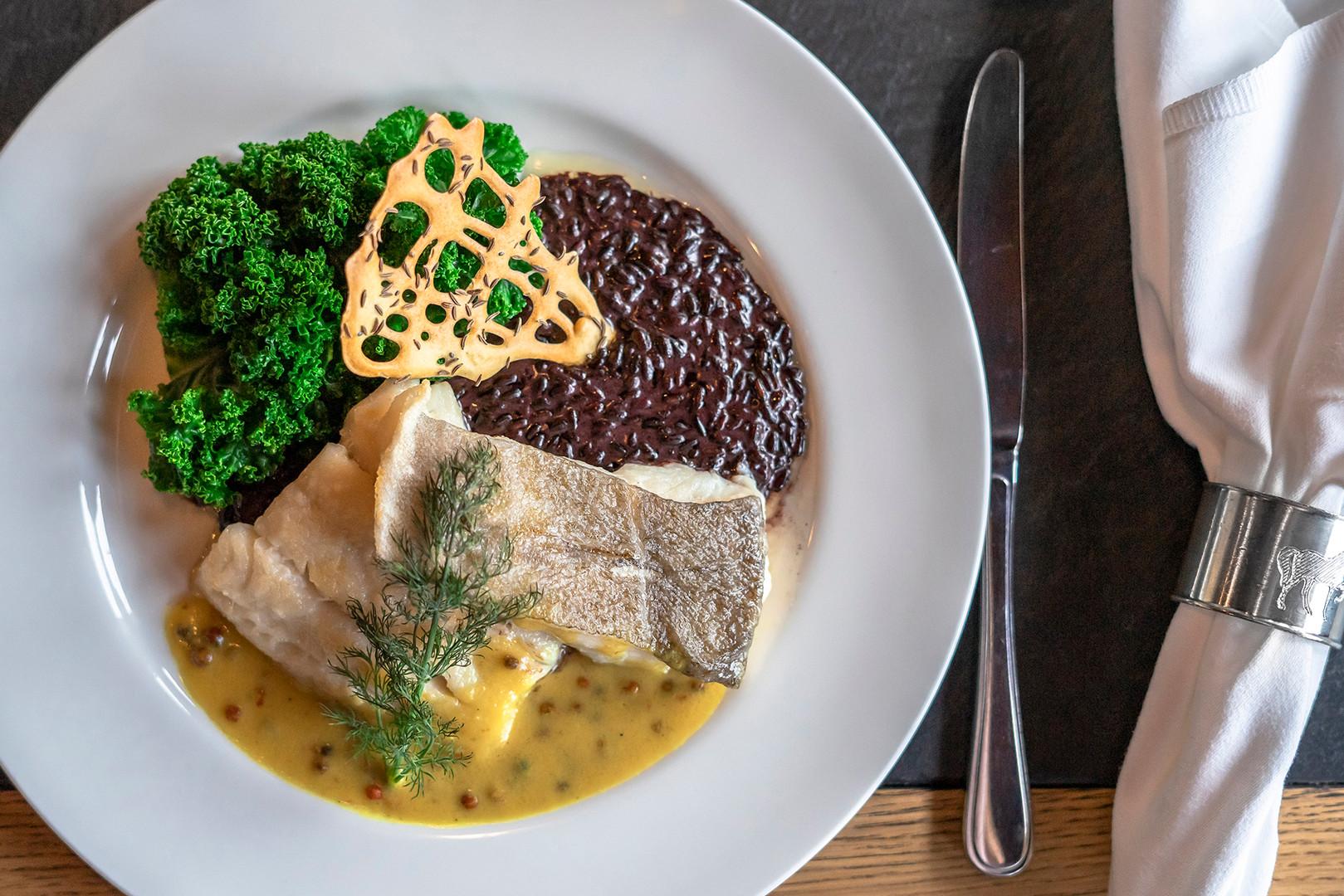Fischgericht mit Gemüse und Risotto im Restaurant Rössli Hü in Root
