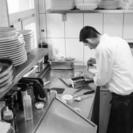 Koch bei der Arbeit in der Küche