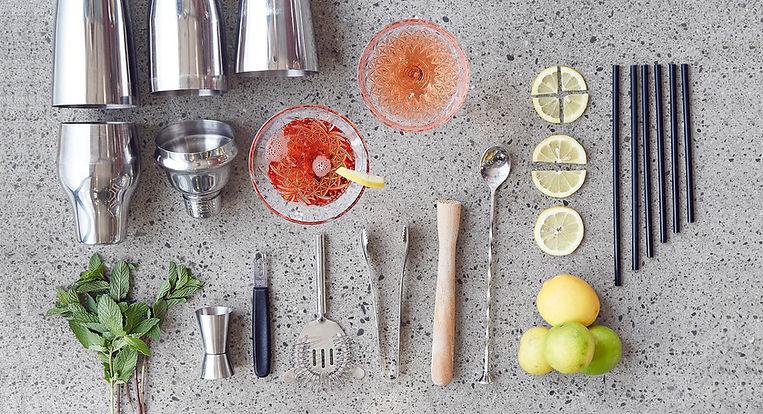 Cocktail-Werkstatt - Zutaten und Utensilien zum Cocktails mixen liegen arrangiert am Boden