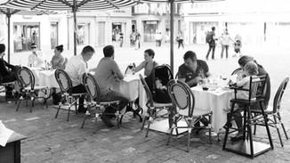 Gäste auf der Terrasse der Brasserie Bodu