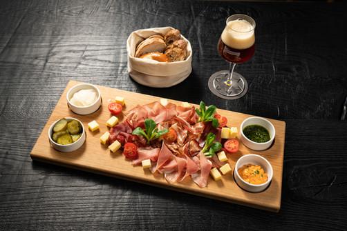 Restaurant Brauwerk - Apéro Platte mit Bier und Brot