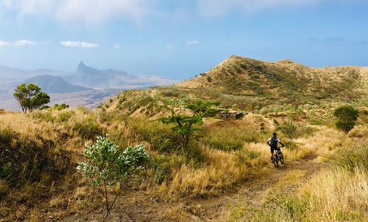 Landschaft mit Biker auf der Insel Santiago in Kap Verde