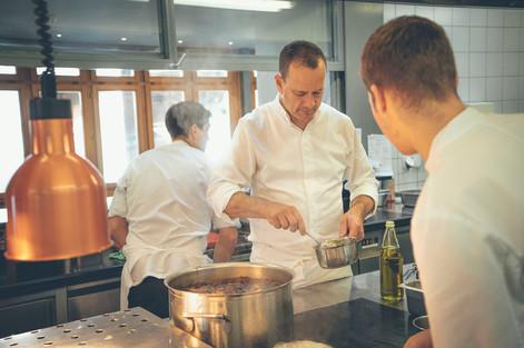 Raphael Tuor kocht in der Küche des Gasthofs Krone Blatten
