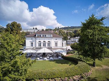 Blick auf die Terrasse und das Gebäude VILLA Schweizerhof