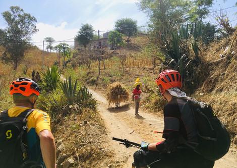 Biker und Einheimische auf der Insel Santiago in Kap Verde