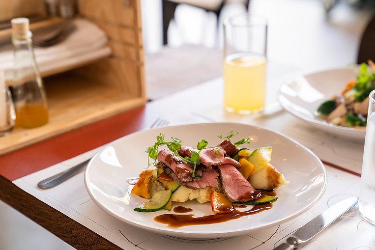 Fleischgericht mit Gemüse im Restaurant Zur Werkstatt Zürich