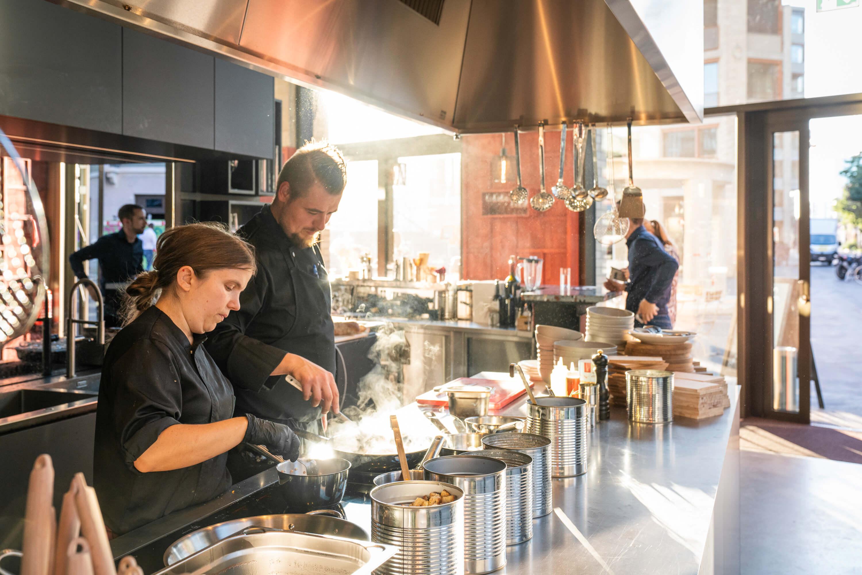 Team bei der Arbeit in der offenen Küche im Restaurant Zur Werkstatt Zürich