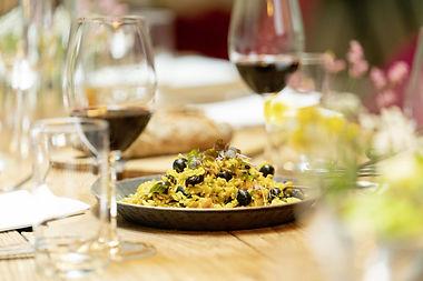 Reisgericht in der Pfanne serviert auf gedecktem Tisch