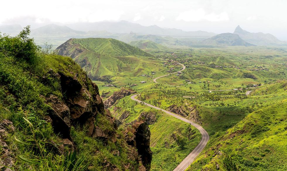 Grüne Hügellandschaft auf der Insel Santiago in Kap Verde