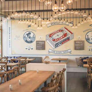 Seehaus Grill Luzern - Restaurant mit Blick auf Wandgemälde