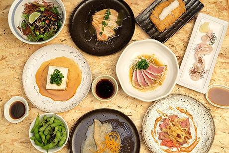 Verschiedene Speisen zum Teilen im Izakaya Nozomi