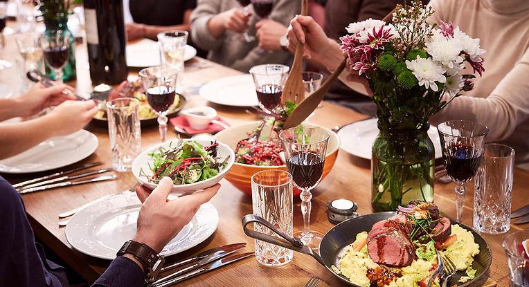 Fest-Tafel - Tavolata mit verschiedenen Speisen und vielen Gästen am Tisch