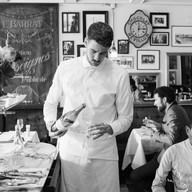 Mann schenkt Wein ein in der Brasserie Bodu