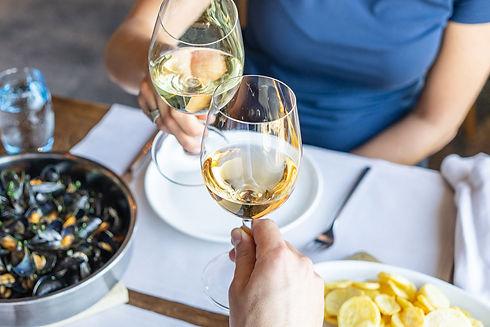 Gäste beim Anstossen mit dem Weisswein vom Rebberg Seehotel Kastanienbaum