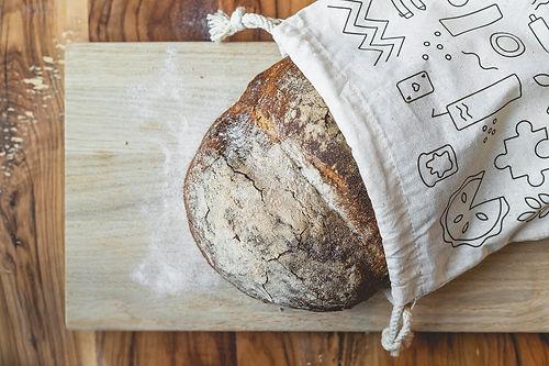 Frisch gebackenes Brot im Bistro Im Guss Brotsäckli