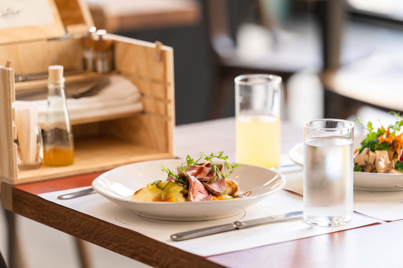 Gedeckter Tisch mit Werkzeugkiste und Mittagsmenü im Restaurant Zur Werkstatt Zürich