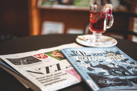 Zeitschriften und eine Tasse Tee auf einem Tisch im Restaurant Franz Luzern