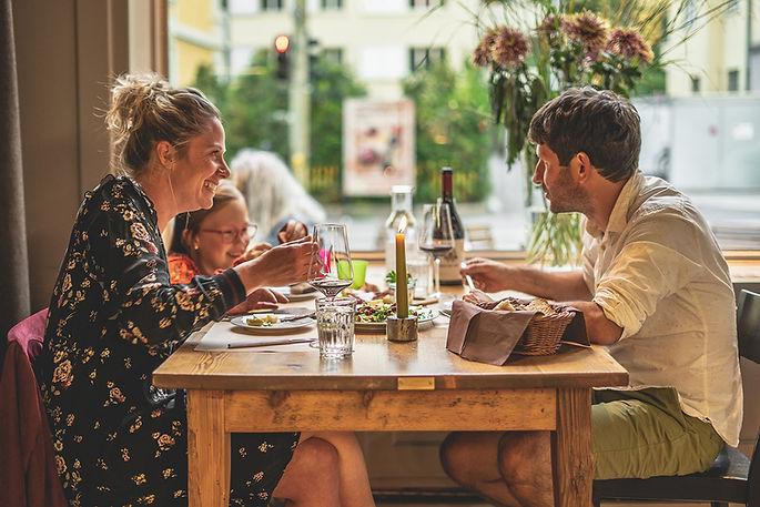 Junge Familie mit Mädchen beim Abendessen im Restaurant Libelle