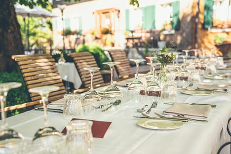 Gedeckter Tisch für einen Anlass auf dem Gartensitzplatz im Gasthof Krone Blatten