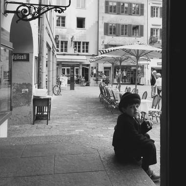 Junge vor der Brasserie Bodu