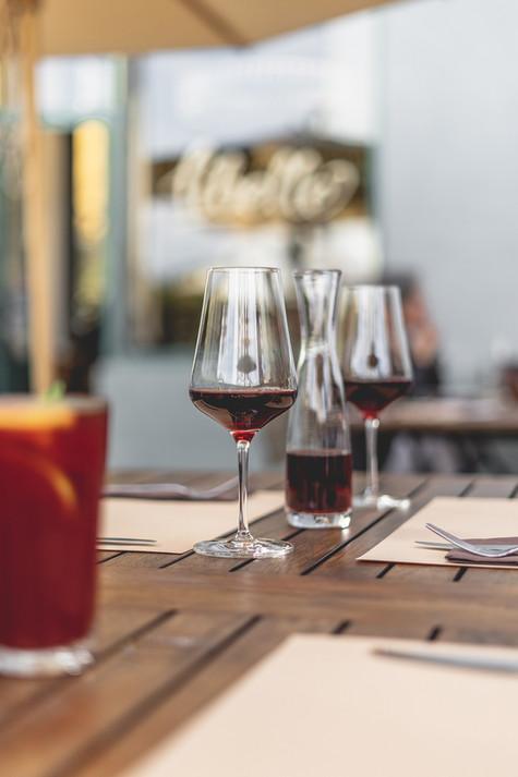 Zwei gefüllte Weingläser auf einem Tisch im Restaurant Libelle