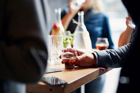 Gast mit Drink im Restaurant Zur Werkstatt Zürich