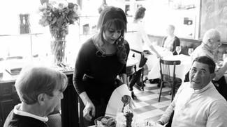 Frau beim Servieren in der Brasserie Bodu