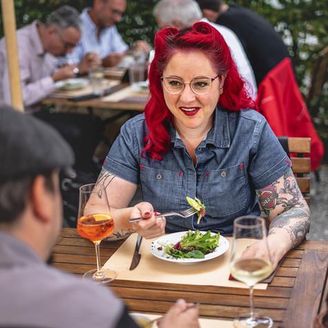 Gast beim Essen im Restaurant Libelle