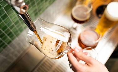 Bier wird frisch gezapft im Restaurant Brauwerk