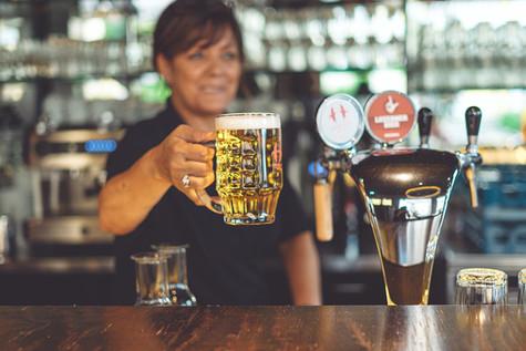 Frisch gezapftes Bier an der Bar im Restaurant Libelle