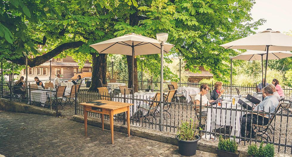Sicht auf Gartensitzplatz des Gasthofs Krone Blatten