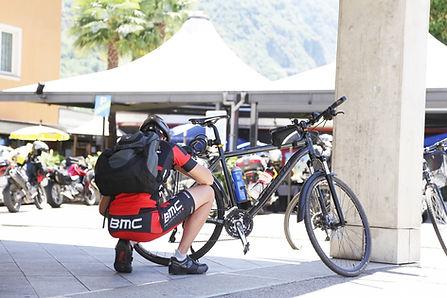 L'uomo con la bici in città
