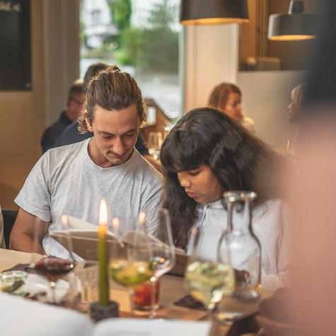 Gäste schauen sich die Speisekarte an im Restaurant Libelle